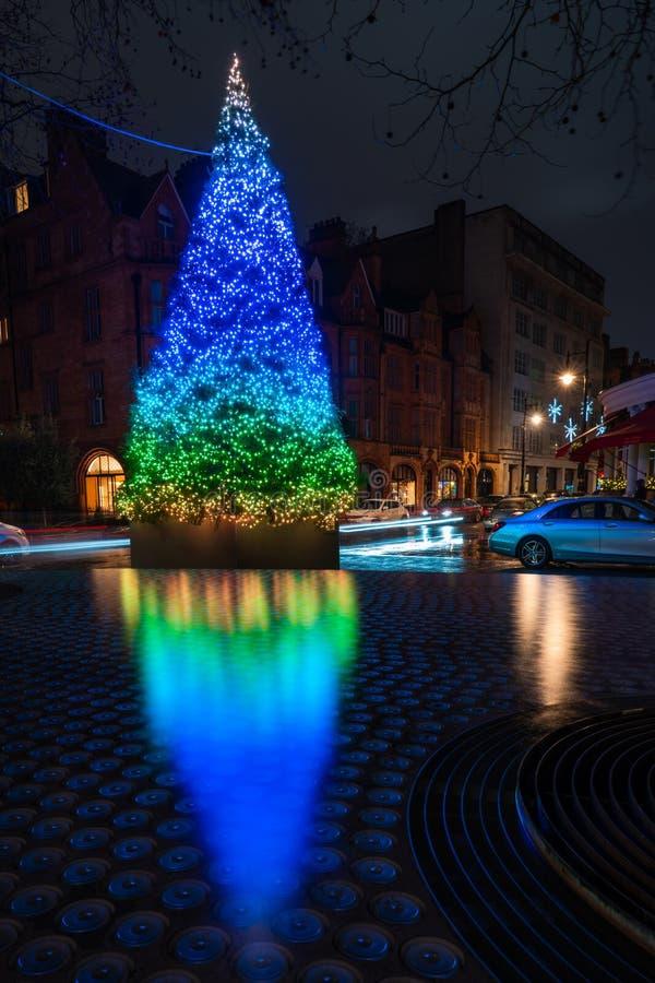 De Kerstboom van het hotel van Connaught op Onderstelstraat in Mayfair, Londen stock afbeelding