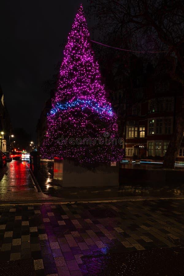 De Kerstboom van het hotel van Connaught op Onderstelstraat in Mayfair, Londen stock foto