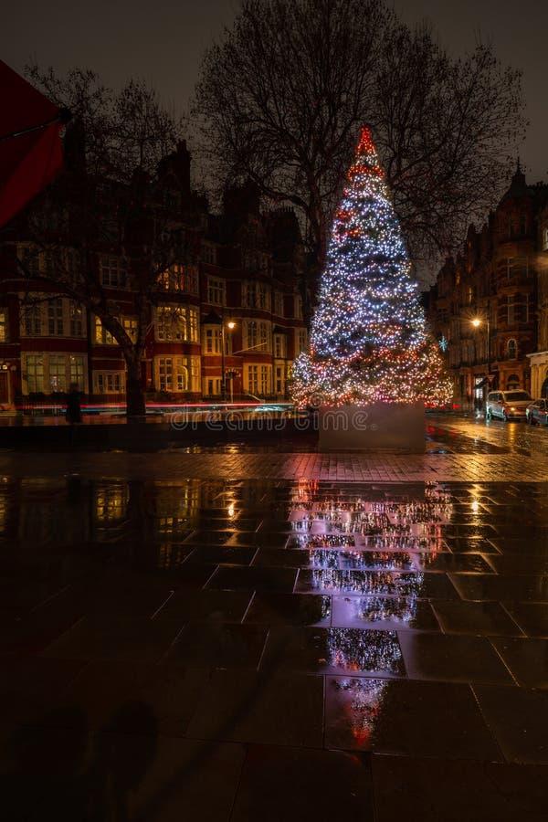 De Kerstboom van het hotel van Connaught op Onderstelstraat in Mayfair, Londen stock fotografie