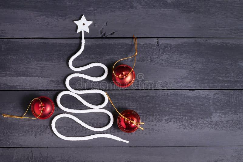 De Kerstboom van het tekensymbool op een houten achtergrond Een exemplaar van ruimte Het idee van een vrolijk nieuw jaar Kerstmis royalty-vrije stock foto's