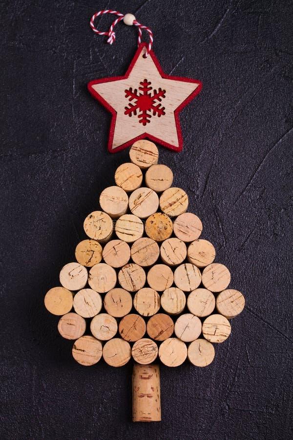 De kerstboom van wijn wordt gemaakt die kurkt Het model, vlakke lay-out, legt Het concept van de nieuwjaarwintertijd, achtergrond stock foto's