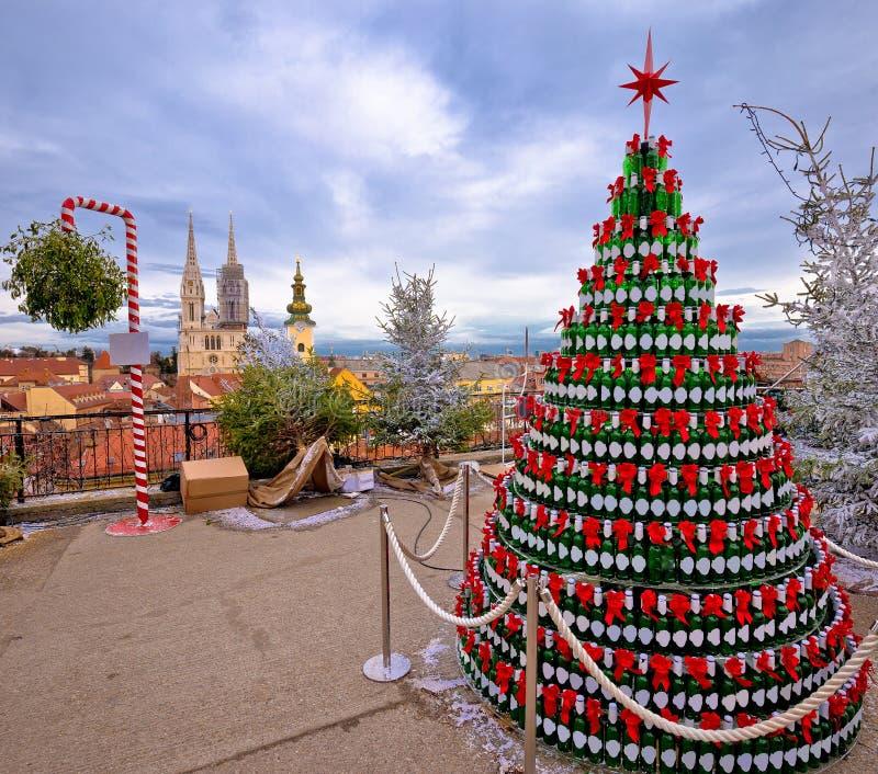 De Kerstboom van Zagreb en oriëntatiepuntenmening over komstteller van upp stock afbeeldingen