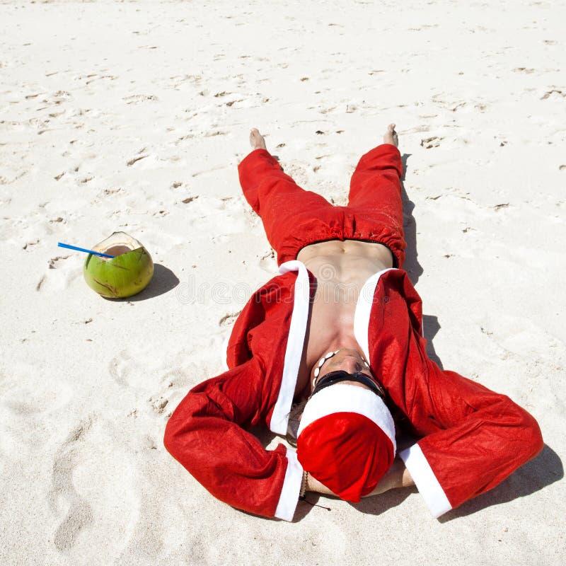 De Kerstman bij strand het ontspannen royalty-vrije stock afbeeldingen