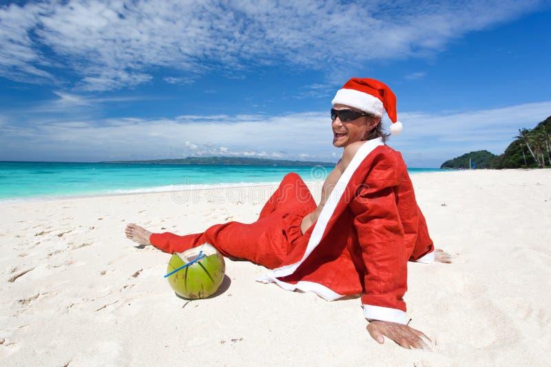 De Kerstman bij strand het ontspannen royalty-vrije stock fotografie