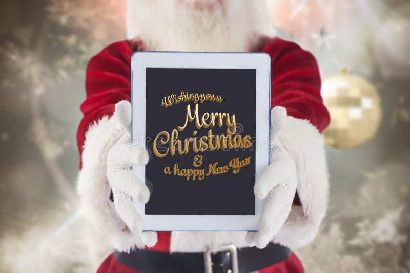 De Kerstman die Kerstmis en nieuwe jaargroet op het digitale tabletscherm tonen stock afbeelding