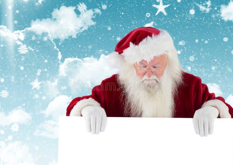 De Kerstman die neer wit aanplakbiljet bekijken stock afbeeldingen