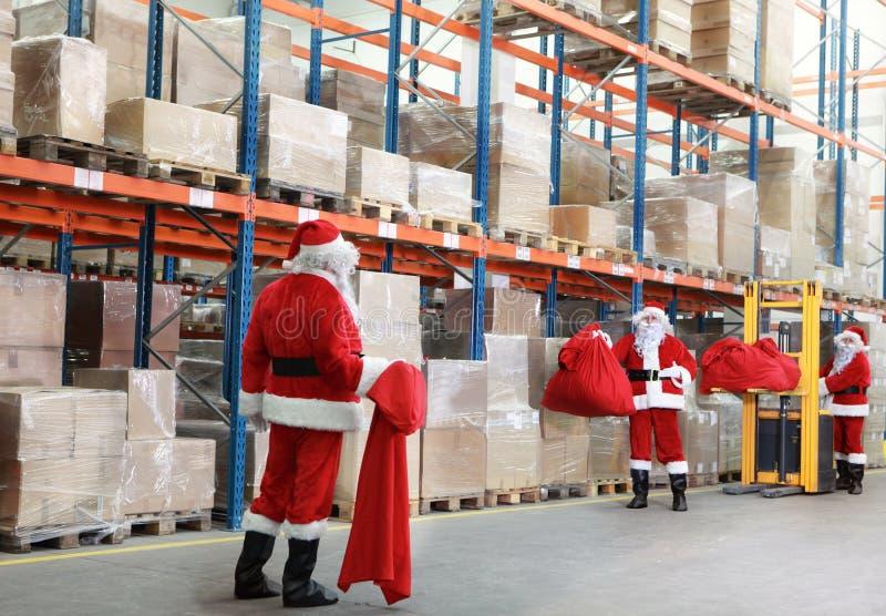 De Kerstman die voor Kerstmis voorbereidingen treft royalty-vrije stock foto