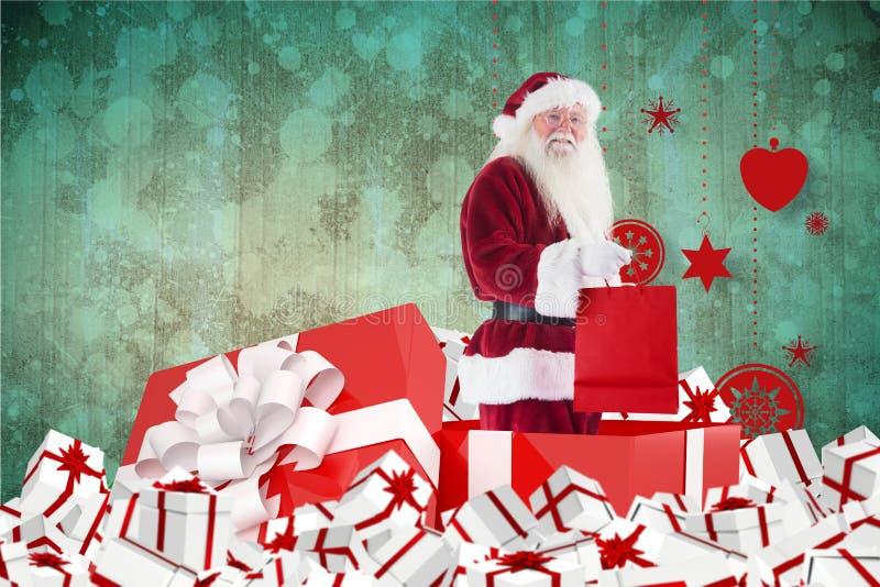 De Kerstman die zich met giften tegen digitaal geproduceerde achtergrond bevinden royalty-vrije stock afbeelding
