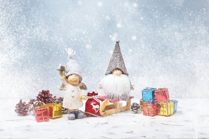 De Kerstman op een slee Noelgnomen, kleine giften, sneeuwtextuur stock foto