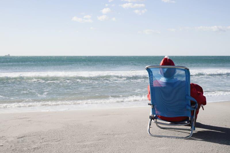 De Kerstman op het strand stock fotografie