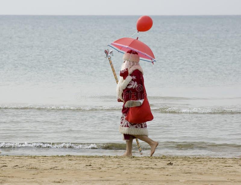 De Kerstman op het strand royalty-vrije stock afbeelding