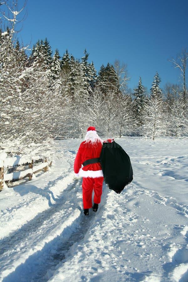 De Kerstman in de sneeuw stock foto