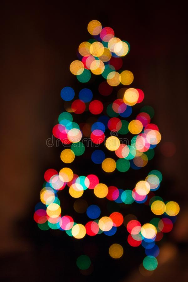 De Kerstmisachtergrond, Kerstboom in defocused lichten Kleurrijke Bokeh royalty-vrije stock fotografie