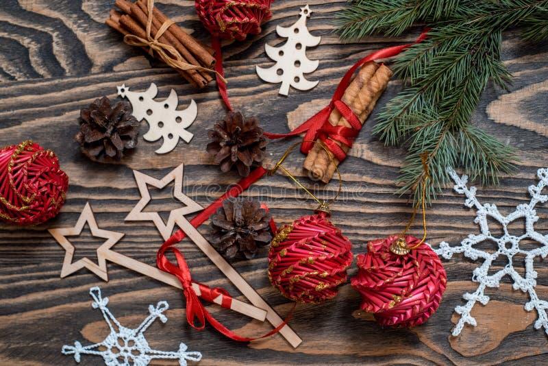 De Kerstmisachtergrond met Kerstmisgift, denneappels, rode decoratie op houten achtergrond met Spar vertakt zich Kerstmis en Gelu stock fotografie