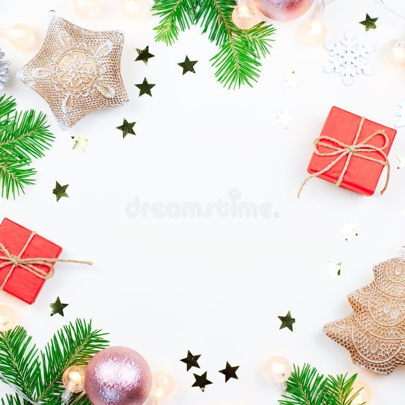 De Kerstmisachtergrond met spar vertakt zich, Kerstmislichten, roze en beige decoratie, zilveren ornamenten stock afbeeldingen