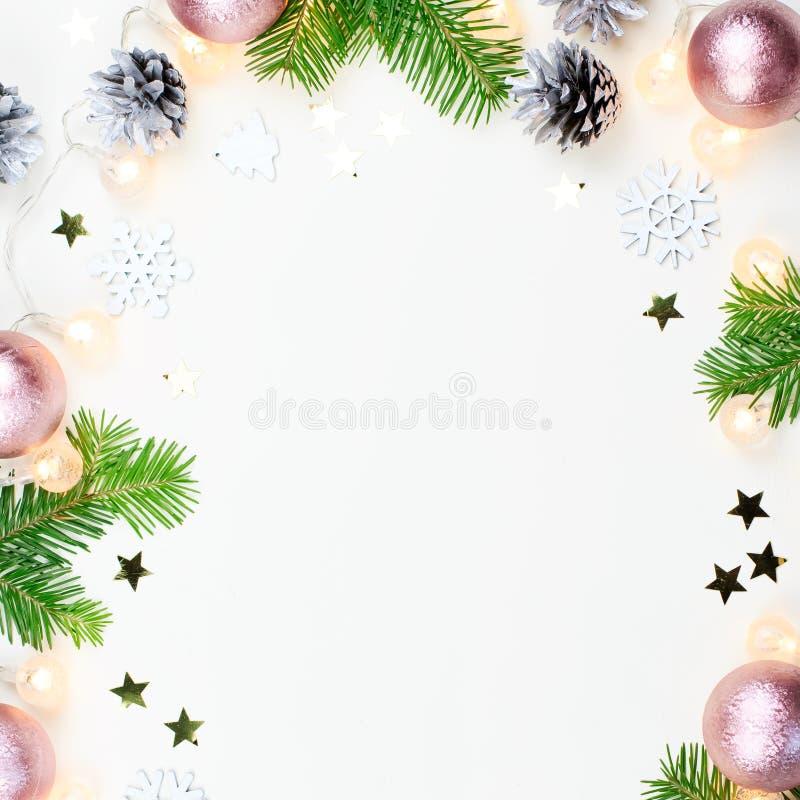 De Kerstmisachtergrond met spar vertakt zich, Kerstmislichten, roze en beige decoratie, zilveren ornamenten royalty-vrije stock afbeeldingen