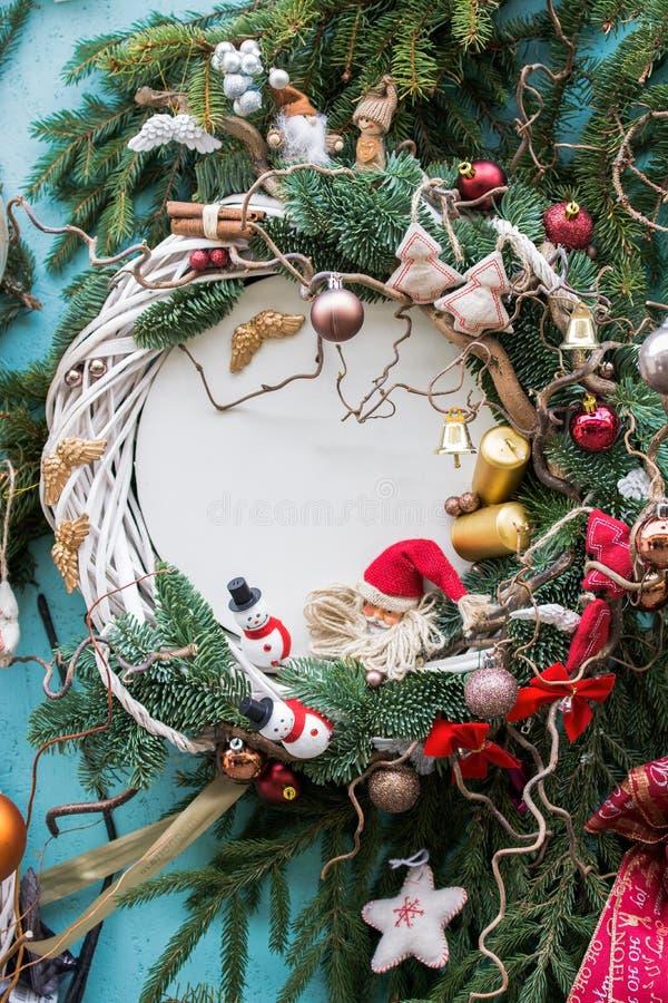 De Kerstmisachtergrond met spar vertakt zich, snuisterijen, kaarsen, sneeuwman, engelenvleugels Verticale foto royalty-vrije stock foto