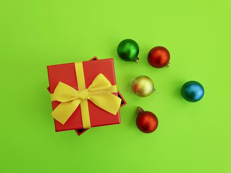 De Kerstmisballen op een gekleurde giftdoos vieren decorseizoen royalty-vrije stock afbeeldingen