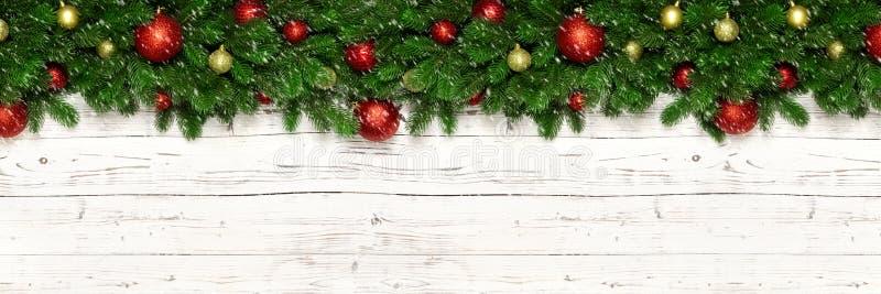 De Kerstmisbanner op witte houten spar als achtergrond vertakt zich en nieuwe jaarstuk speelgoed bal of snuisterij De decoratie v royalty-vrije stock foto