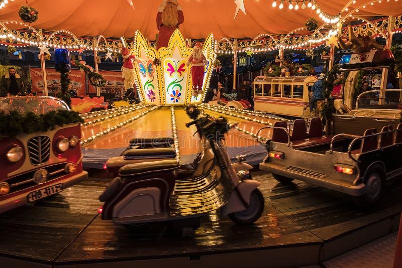 De Kerstmiscarrousel is een favoriet vermaak voor kinderen en volwassenen op Kerstmisdag stock afbeelding