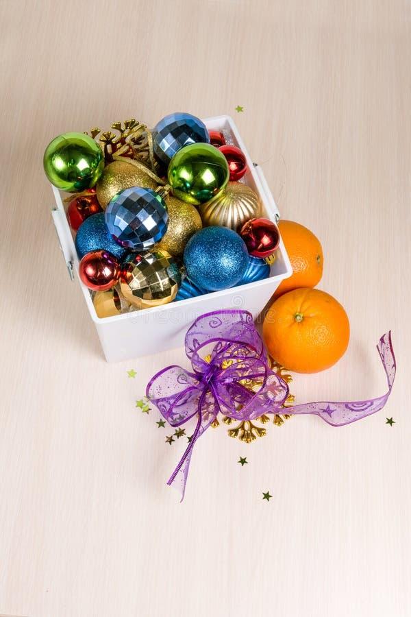 De Kerstmisdecoratie lagen in een witte doos stock fotografie