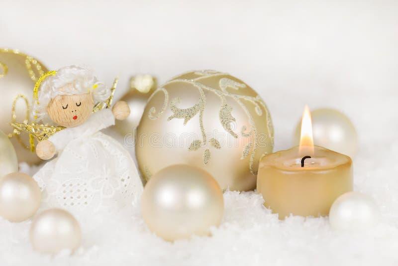De Kerstmisdecoratie met één brandende kaars, engel, ballen gaat binnen stock fotografie