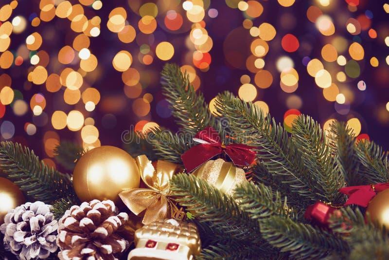De Kerstmisdecoratie op dark illumated achtergrond met bokelichten, giften, Kerstmisbal, kegel en ander voorwerp, vakantieconcept royalty-vrije stock fotografie