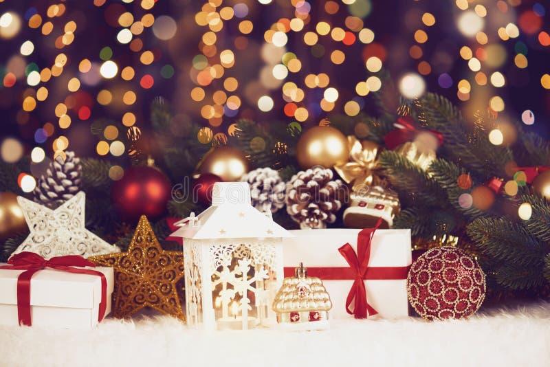 De Kerstmisdecoratie op dark illumated achtergrond met bokelichten, giften, Kerstmisbal, kegel en ander voorwerp, vakantieconcept royalty-vrije stock afbeeldingen