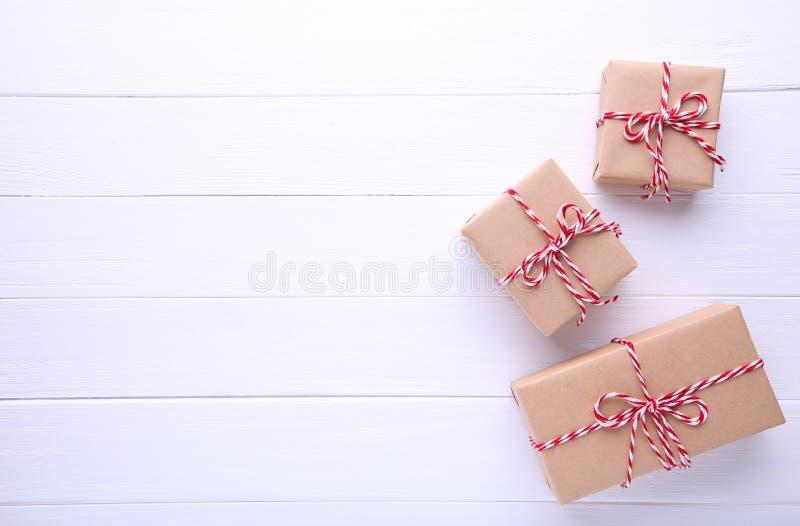 De Kerstmisgiften stelt op een witte achtergrond voor stock foto