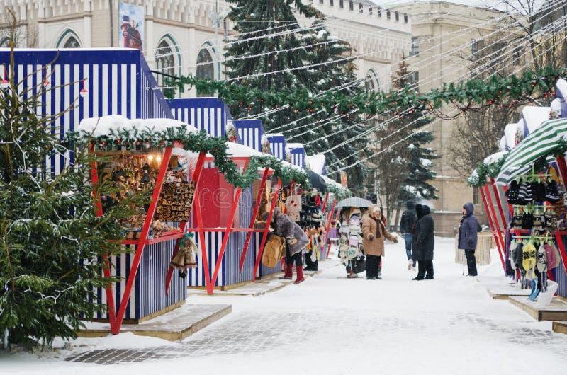 De Kerstmismarkt in Riga stock afbeelding