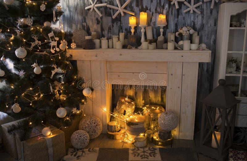 De Kerstmisruimte met open haard, stelt onder verfraaide spar voor royalty-vrije stock afbeelding