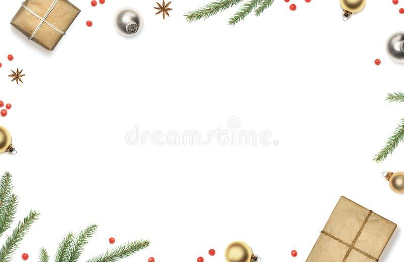 De Kerstmissamenstelling met giftdozen, decoratie, de takken van de Kerstmisboom en rode bessen ontwierp witte achtergrond, hoogs stock afbeeldingen