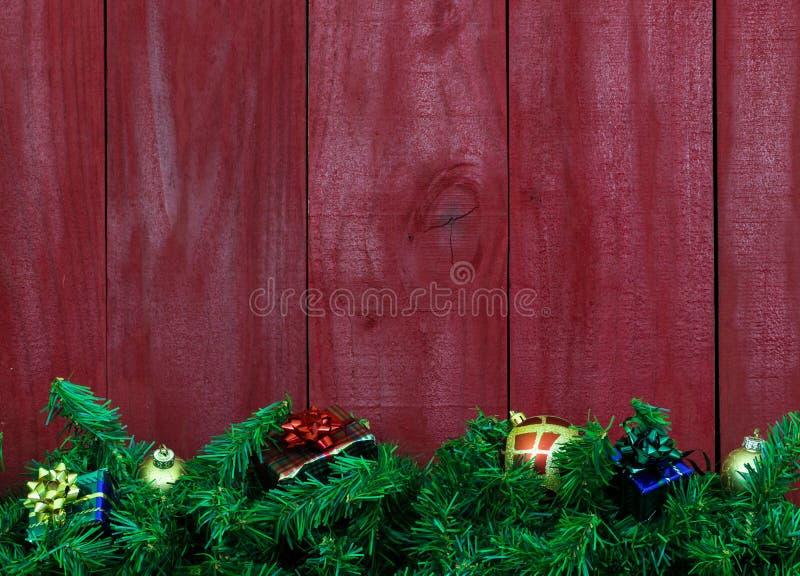 De Kerstmisslinger met stelt door lege antieke rode houten achtergrond voor royalty-vrije stock fotografie