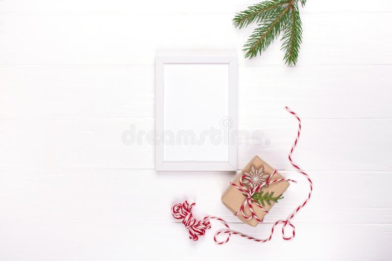 De Kerstmisspot omhoog met fotokader, de dozen van de ecogift en boom vertakt zich Nieuwe jaarviering, vakantieconcept royalty-vrije stock foto