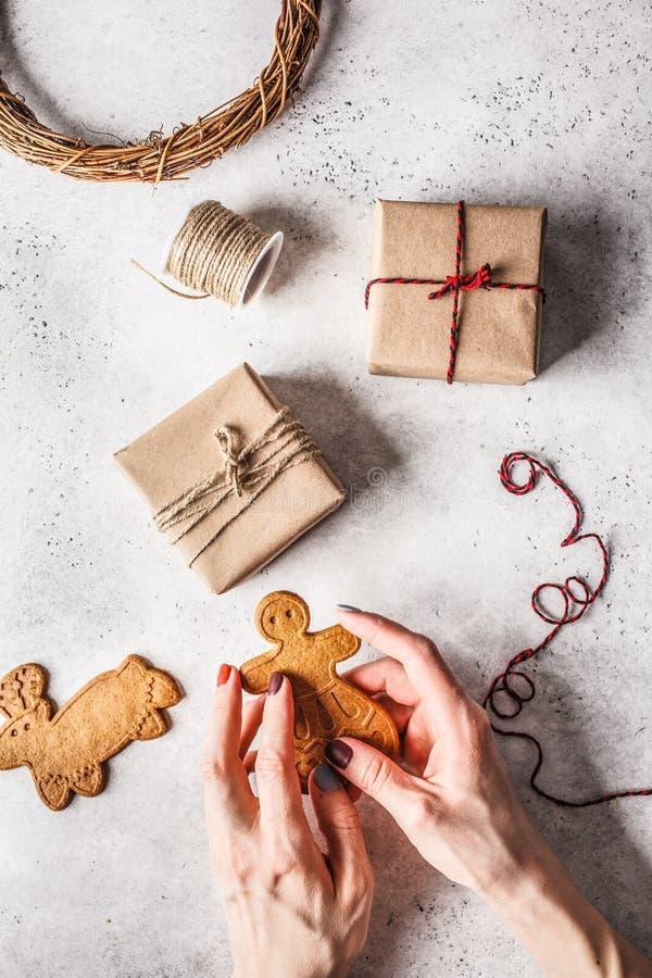 De Kerstmisvlakte legt met giftendozen, slinger en gemberkoekjes De achtergrond van Kerstmis stock fotografie