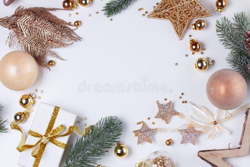De Kerstmisvlakte legt scène met gouden decoratie royalty-vrije stock afbeelding