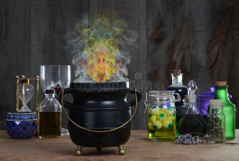 De ketel van de heks met rook stock foto