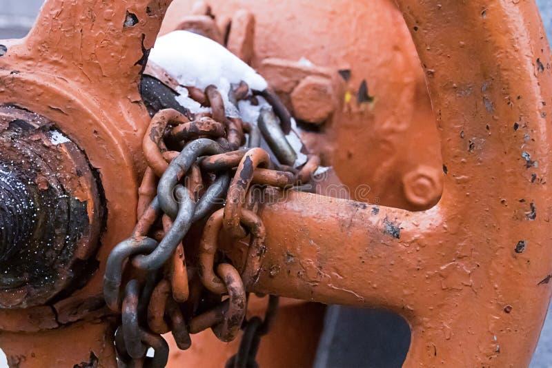 De ketting van grote doorstane delen bevestigt de kleptechnologie van brandstofpersklep het sluiten, de gasindustrie, geblokkeerd stock foto
