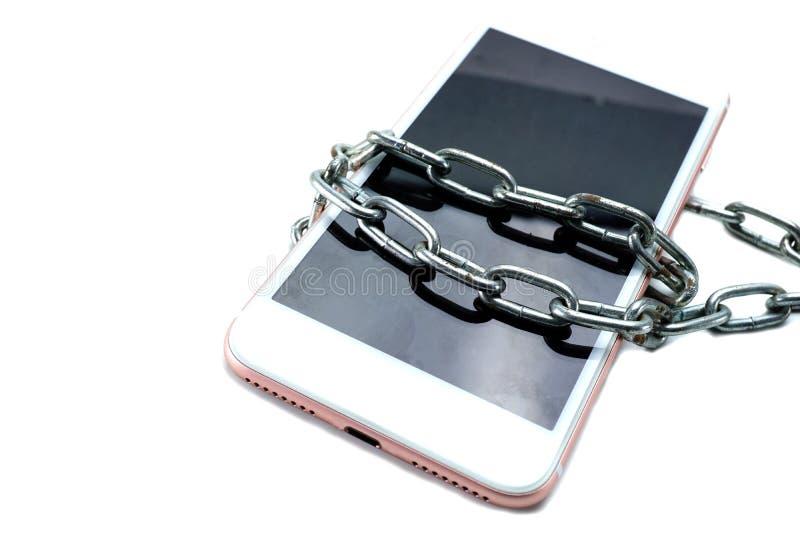 De ketting van het de diefstalslot van de telefoonhouwer Blauwe ethernetkabel die een hangslot vormen stock fotografie