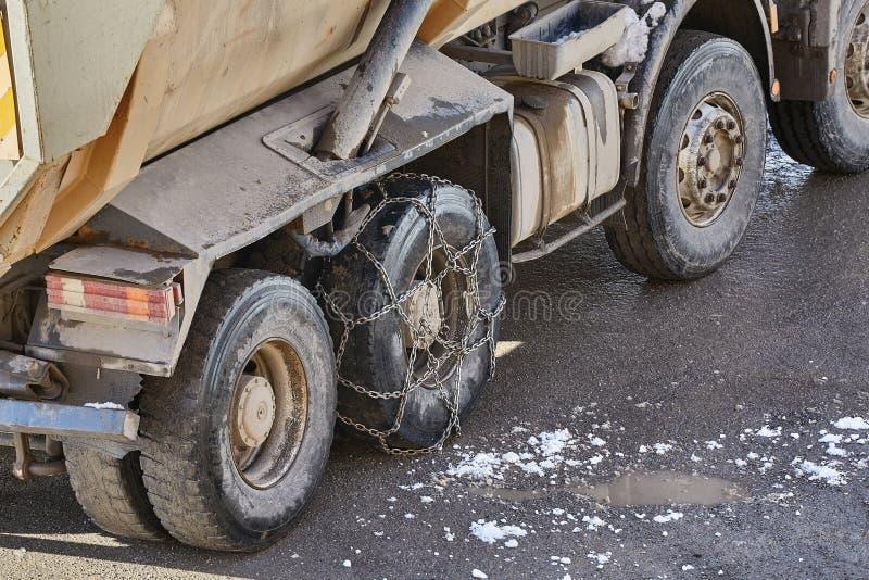 De ketting van de vrachtwagen awith sneeuw royalty-vrije stock afbeeldingen