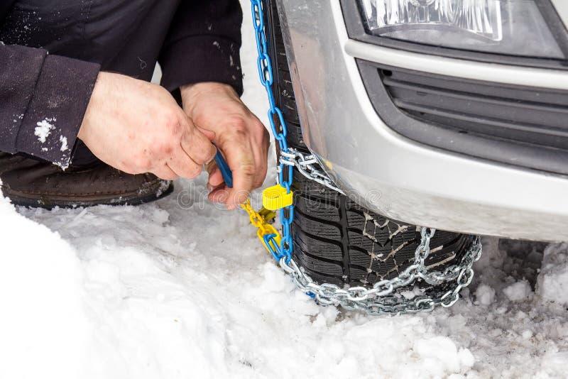 De kettingen van de moeilijke situatiesneeuw op auto stock fotografie