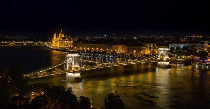 De de Kettingsbrug van Boedapest bij nacht stock foto's