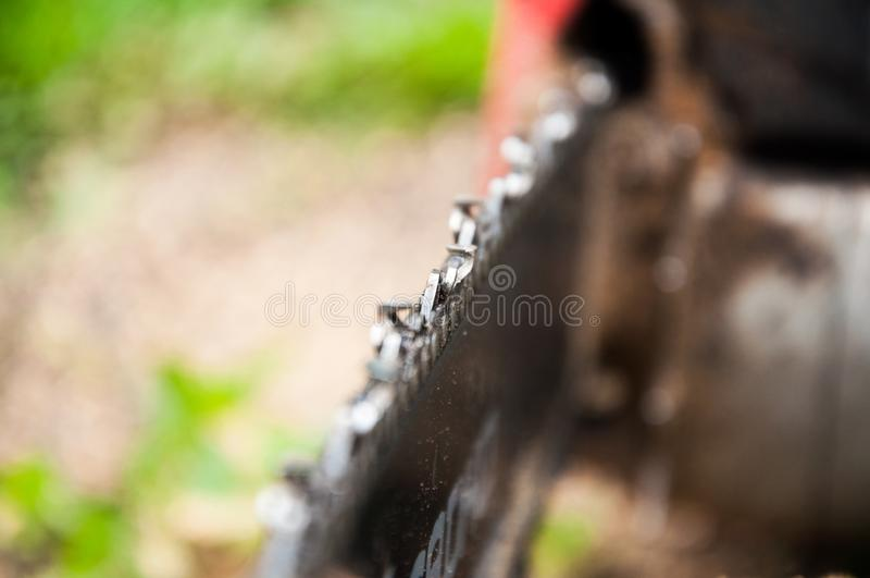 De kettingzaag van de close-upketting band Scherpe tanden stock afbeelding