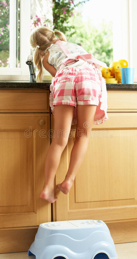 De Keuken die van het meisje met omhoog het Wassen helpt royalty-vrije stock afbeeldingen
