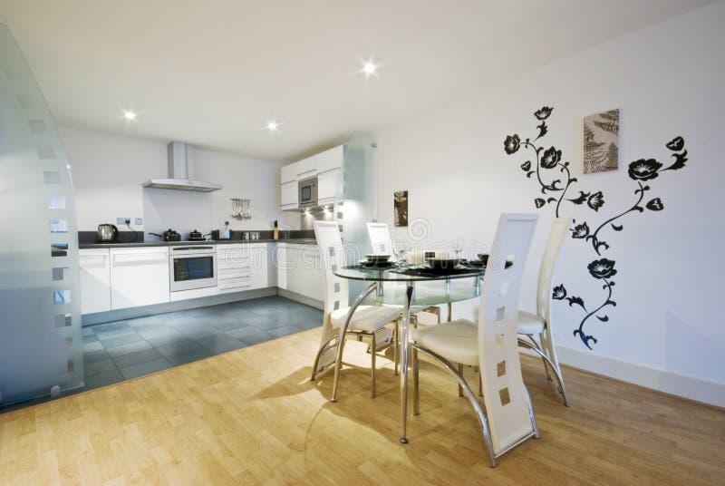 De keuken en de eetkamer van de ontwerper royalty-vrije stock foto