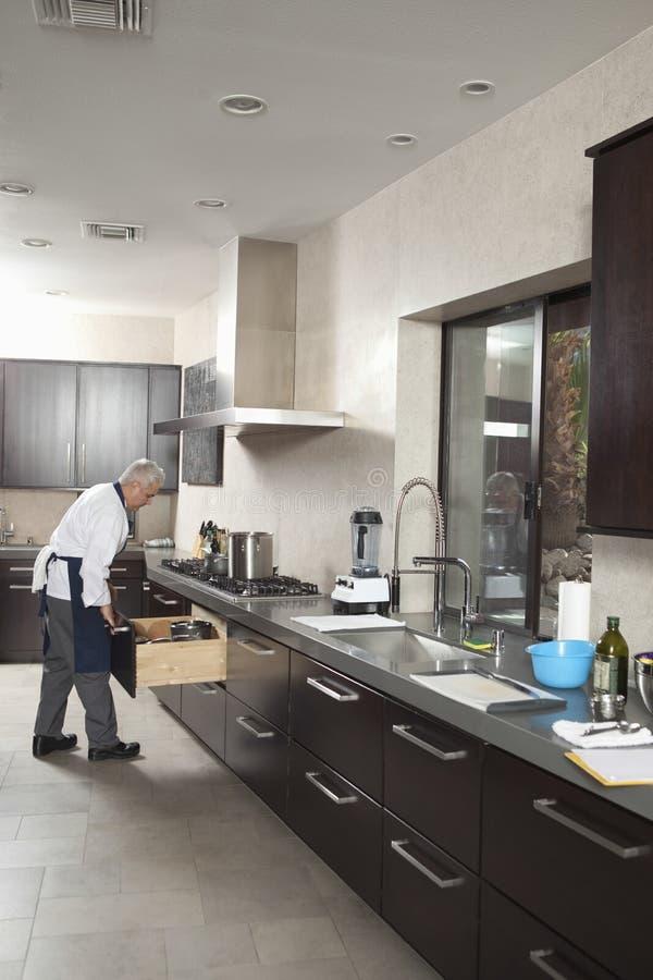 De Keuken van chef-kokworking in commercial royalty-vrije stock fotografie