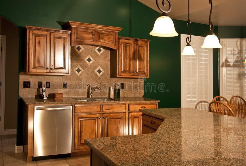 De Keuken van het huis met het Eiland van het Centrum stock foto's