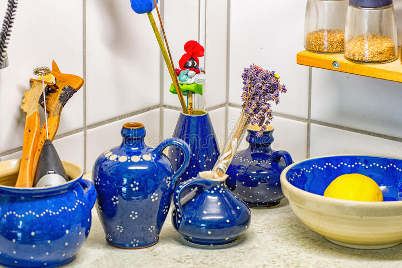 De keuken van het land met blauwe witte decoschotels en diverse kruiden royalty-vrije stock afbeeldingen
