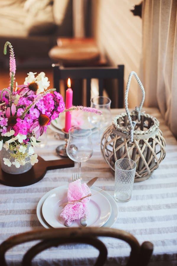 de keuken van het de zomerplattelandshuisje voor feestelijk diner wordt verfraaid dat Romantische lijst die met kaarsen en bloeme royalty-vrije stock foto's