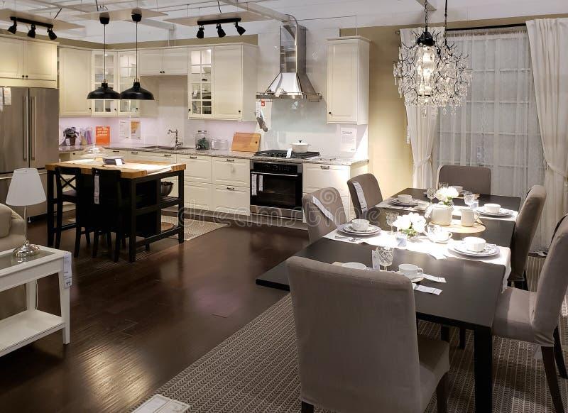 De keuken van Nice en dinning ruimteontwerp in IKEA stock fotografie
